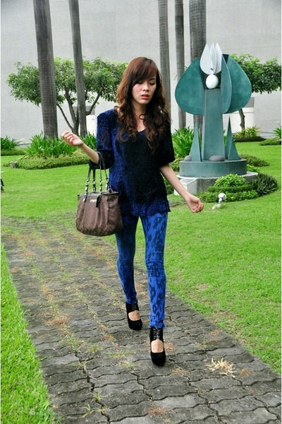 black heelless SM shoes - blue animal print SM GTW leggings