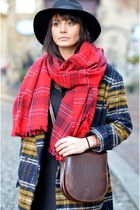 red hm scarf