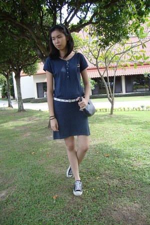 navy Mango dress - black Converse sneakers