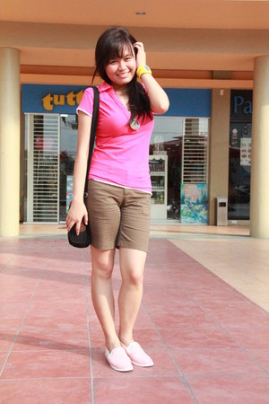 pink collared Kamiseta shirt - brown kashieca shorts - Lacoste sneakers