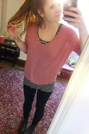 pink blouse - black casual leggings leggings - black t-shirt