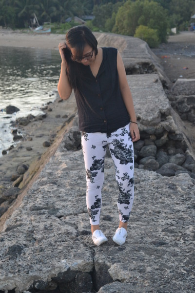 white floral print leggings - navy top - white sneakers