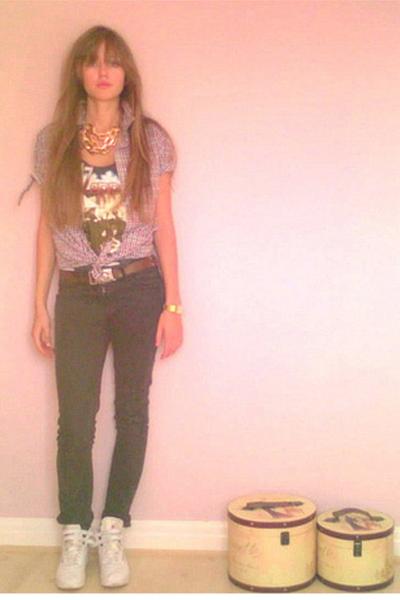 Primark jeans - Primark shirt - Primark necklace - Reebok shoes