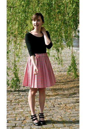 red vintage from Oxfam skirt - black essentiel shoes