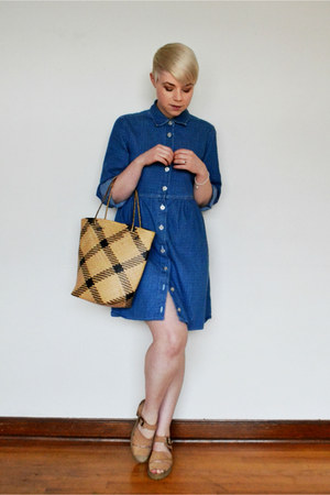 navy vintage denim dress - camel vintage leather arizona jeans sandals