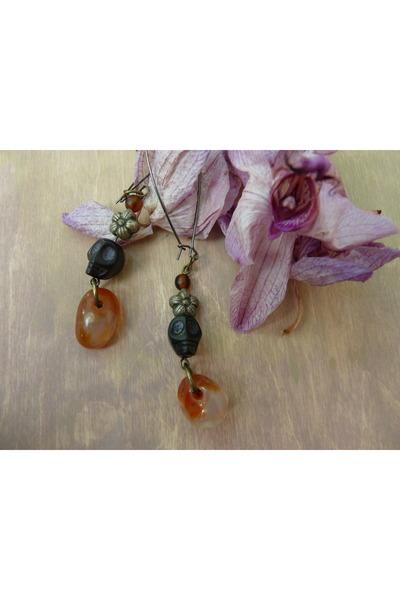 stones skull Hinageshii earrings