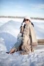 Blue-distressed-asos-jeans-beige-faux-fur-trim-vintage-cape