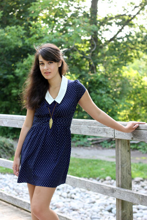 navy polka dot flowy Forever 21 dress - dark brown leaf leather ardenes necklace