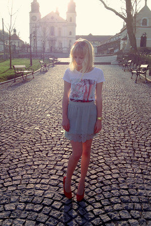 off white Top Secret t-shirt - light blue Pull &amp; Bear skirt - red Oleksy heels