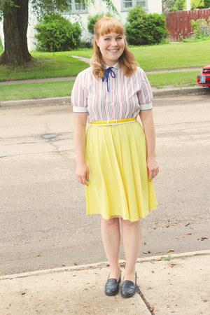 yellow pleated vintage skirt - white vintage blouse - navy vintage heels