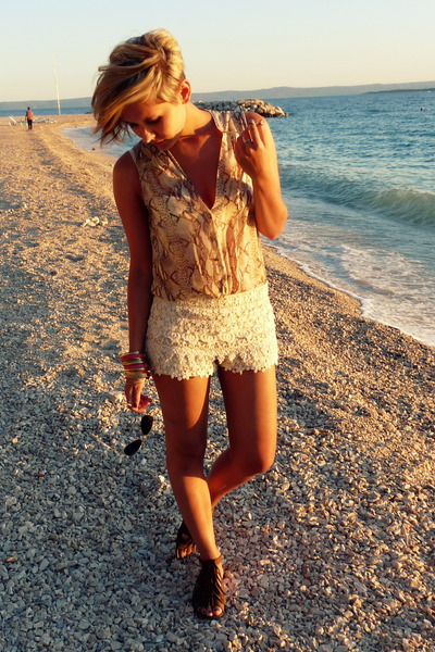 H&M blouse - Ray Ban sunglasses - Zara sandals