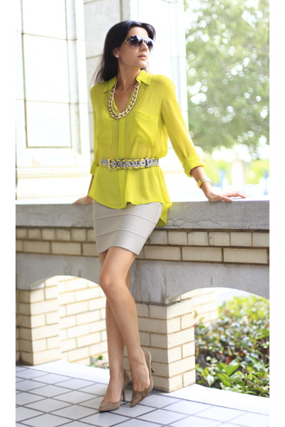 beige tan mini skirt BCBG skirt - yellow BCBG blouse