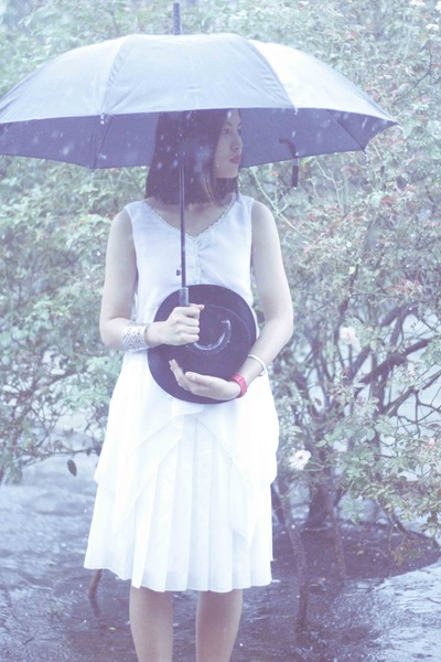 white midi The Executive skirt - black round GOWIGASA hat