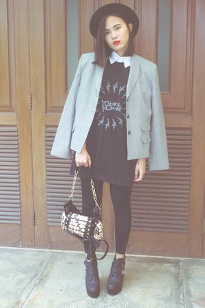 black floppy GOWIGASA hat - black leggings - black oversized t-shirt