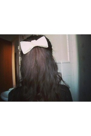 white The Find hair accessory