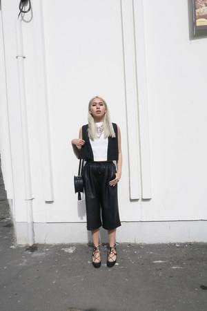 black Zara bag - black boxy agy nyc top - black lace up Zara flats