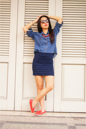blue jeans shirt - navy bandage skirt - hot pink boat shoes flats