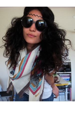 vintage scarf - Mango sunglasses - Levis jeans