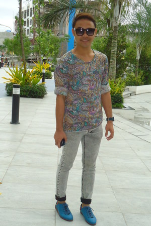 dark khaki floral top top - blue shoes - white skinny pants
