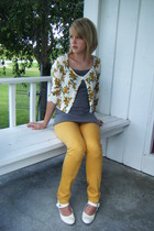 floral cardigan and yellow skinnies