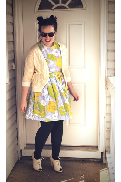 chartreuse vintage dress - green We Love Colors tights - off white seychelles he
