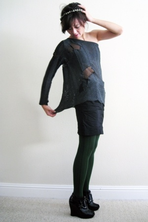 gold Joy O necklace - black platform Payless shoes - green striped VPL tights
