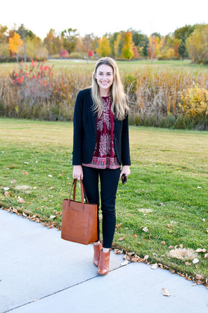 maroon madewell top - brown madewell boots - black everlane jeans