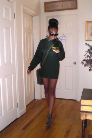 green alife rivington club t-shirt - green Forever 21 earrings - green army bag