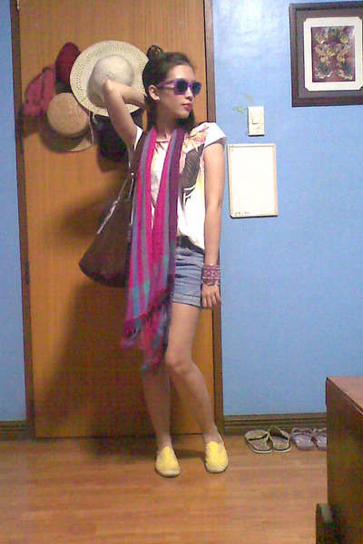 yellow Keds sneakers - hot pink scarf - brown bag - blue Guess shorts