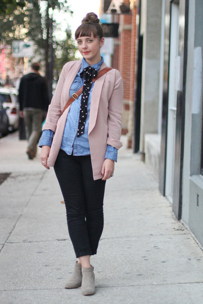 pink blazer - blue shirt - black tie - black pants
