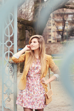 coral flower Stradivarius dress - mustard Stradivarius blazer