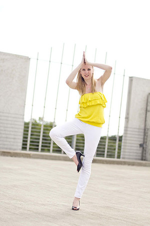 yellow Express top - white Express jeans - black Fiona pumps