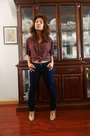 camel heels - black skinny Guess jeans - crimson floral blouse