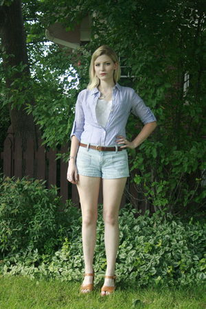 blue Levis shorts - brown vintage belt - blue Converse blouse - white vintage to