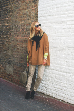 tan knit H&M sweater - black suede Dolce Vita boots