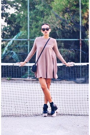 black bag - light brown swing shift dress - black sandals