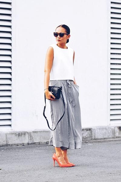 White-neoprene-top-black-pants-carrot-orange-pumps