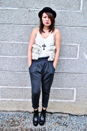 gray Dark White pants - white bazaar find top - Vivienne &amp; Knox - black Soule Ph