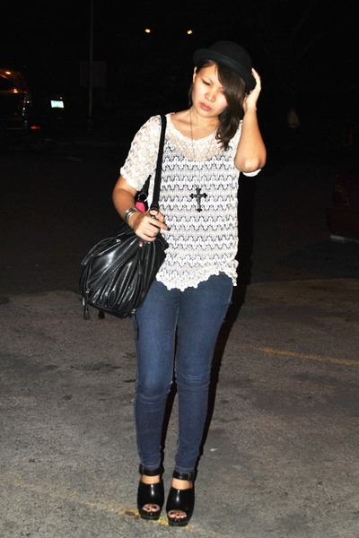 Looking for Lola top - blue from landmark jeans - black Zara - black