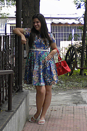 blue cotton Zepa dress - red red Liz Claborne bag - ivory rubber Havaianas flats