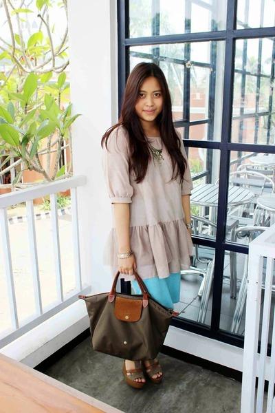77b46ad09de0 olive green longchamp bag - light blue skirt - beige blouse