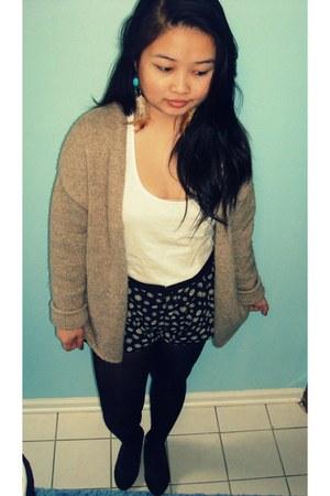 white pocket Ross shirt - black daisy H&M shorts - black black Target wedges - t