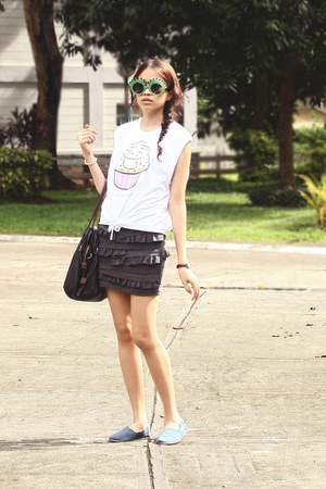 white muscle DIY shirt - black leather Forever21 bag