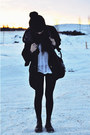 Black-leather-dr-martens-boots-black-knitted-beanie-hat