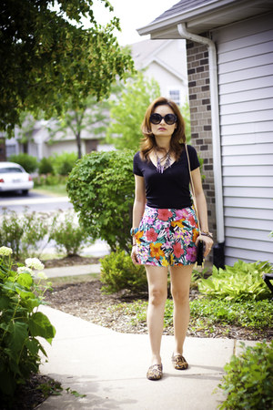 floral print H&M shorts - black patent Forever 21 purse