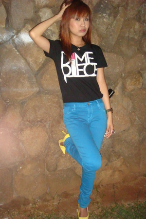 black DMPC t-shirt - blue Levis jeans - yellow Aldo shoes