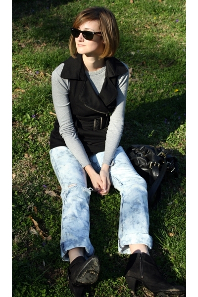 forever 21 vest - Ray Ban sunglasses - Target t-shirt - vintage jeans - Zara boo