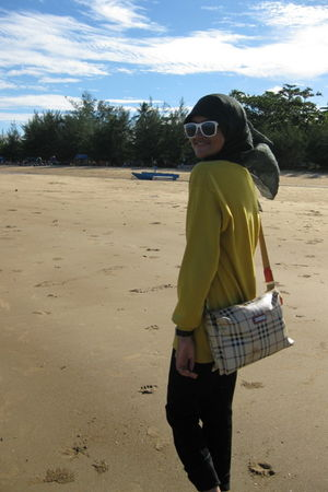 white Ray Ban sunglasses - yellow Vido Dido sweater - black collection pants