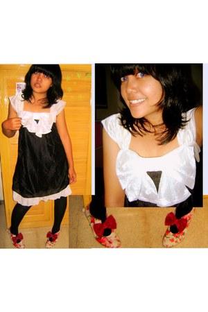 maroon shoes - black tights