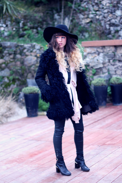 black vintage coat - black Robert Clergerie boots - black H&M hat